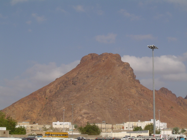 https://arminarekasurabaya.files.wordpress.com/2011/12/jabal-uhud.jpeg