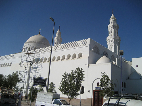 https://arminarekasurabaya.files.wordpress.com/2011/12/masjid-qiblatain-02.jpg?w=550&h=400